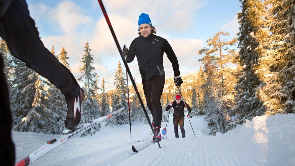 Sintef-forsker Ole Marius Hoel Rindal fulgt av teknisk direktør i Madshus, Bjørn Ivar Austrem, går runde etter runde på Sjusjøen med sensorer både på ski og kropp. Testing på snø er viktig for å kunne si noe om de kvalitative egenskapene til skiene.