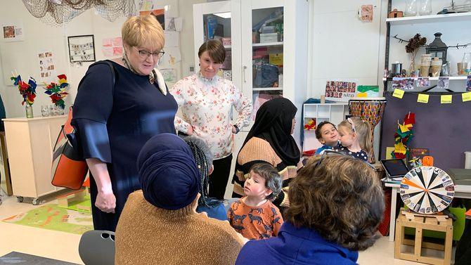 Fagleder Cathrine Solgård fortalte om hvordan de jobber med språk i Lilleslottet barnehage, til en interessert Trine Skei Grande.