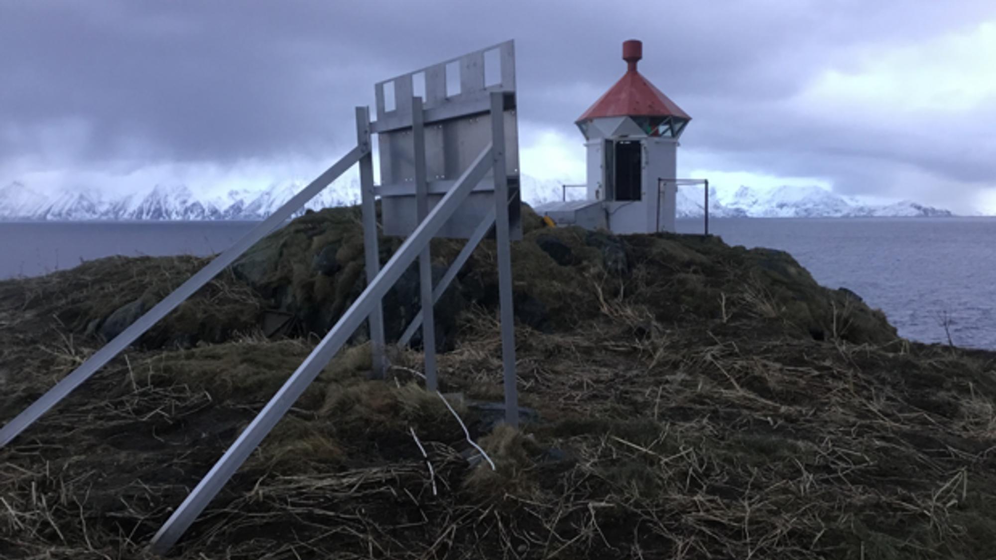 Bare opphenget står igjen etter at noen har stjålet solcellepanelet på fyrlykta Karken på Sørøya i Finnmark.