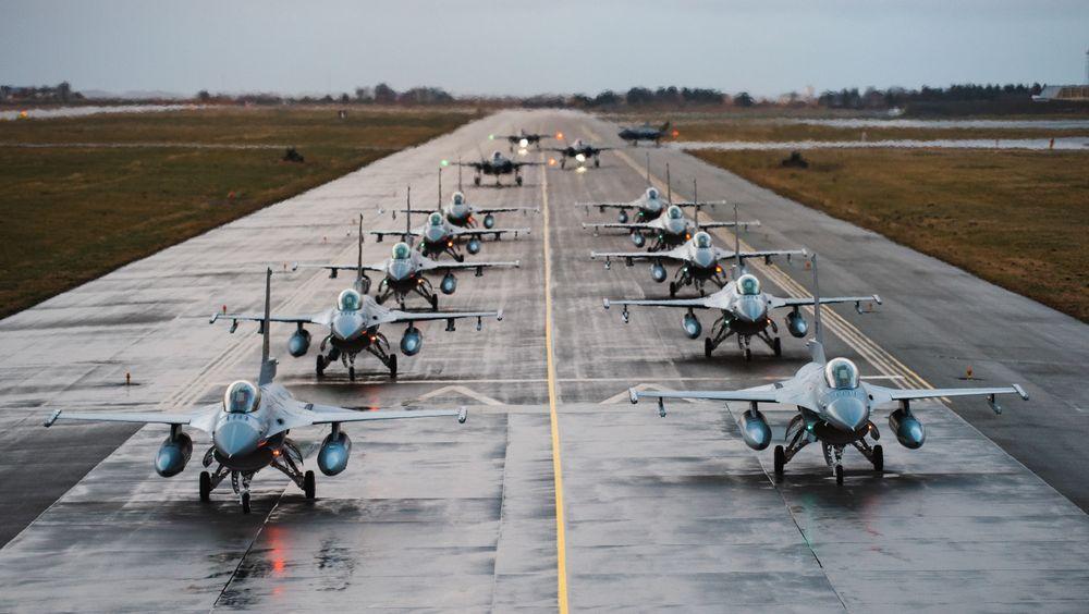 F-16 og F-35 taxer sammen opp til en «elephant walk» på Ørland flystasjon før take-off til julestjerneformasjonen i desember 2018.