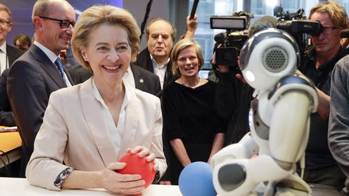 Ursula von der Leyen besøkte et senter for kunstig intelligens ved Brussels frie universitet dagen før hun presenterte EU-kommisjonens digitale strategi.