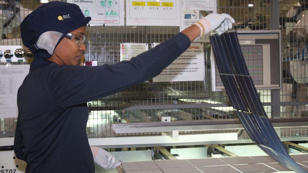 Det aller meste av verdens solceller produseres i Asia. Bildet er fra RECs fabrikk i Singapore.