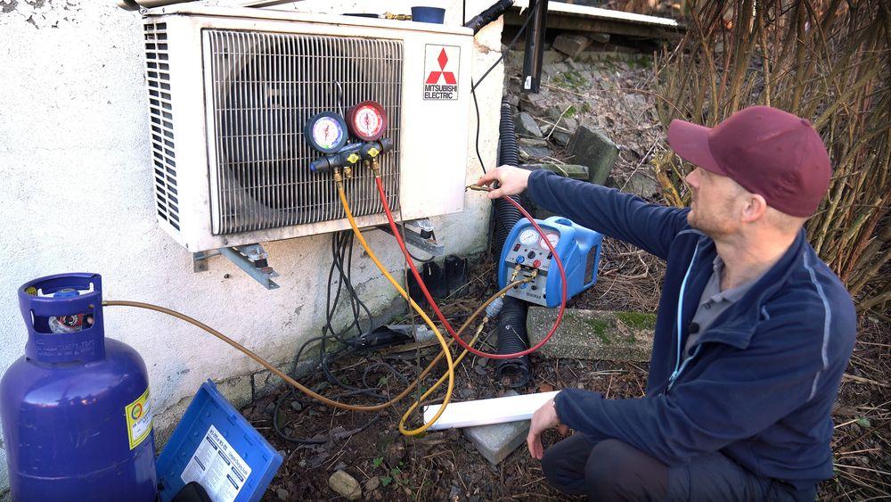 Morten Kind, og andre med sertifikatene i orden, opplever rett som det er å bli tilkalt for å montere varmepumpe der en eldre allerede er fjernet på ulovlig vis.