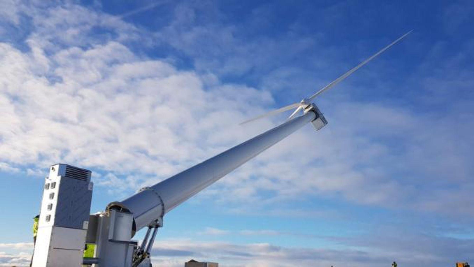 De to testmøllene, SWP-25-kW, som er vist over, og Viking 25, ble satt opp i Sisimiut høsten 2018. Allerede i januar 2019 falt en vinge av møllen fra Solid Wind Power. I juli 2019 kom den i drift igjen med nye vinger og en forbedret festekonstruksjon. Men 8. januar gikk det galt igjen. Bildet er fra oppsettingen av mølle nummer to.
