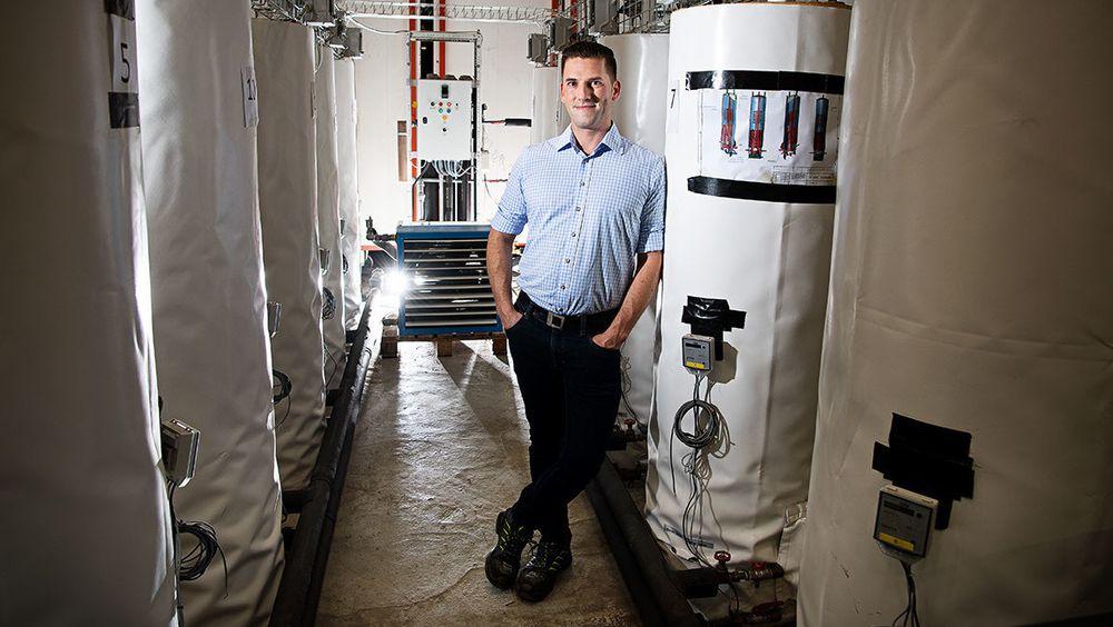 Gerald Englmaier forsker på varmelagring i salt ved Danmarks Teknologiske Universitet. Han har demonstrert hvordan solfanger, varmtvannsbeholder og saltbatteri kan fungere sammen.