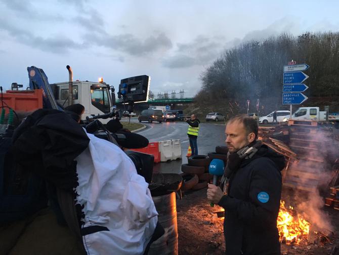 Philip Lote på jobb for NRK fra de gule vestens protester nær Amiens, Macrons hjemby, nord i Frankrike.