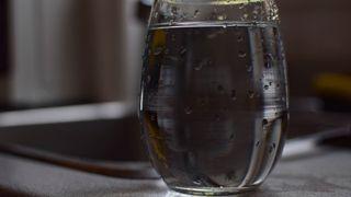 Drikkevann distribueres etter stor vannlekkasje i øykommune