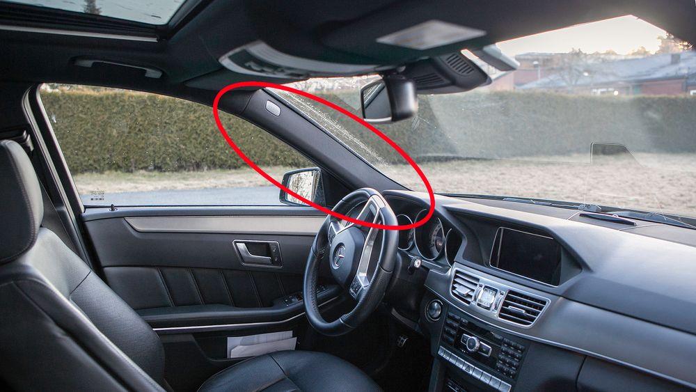For å bedre trafikksikkerheten ved en kollisjon har A-stolpen blitt bredere på moderne biler.