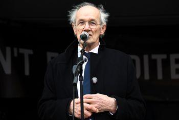 Faren til Julian Assange, John Shipton, snakket utenfor det britiske parlamentet lørdag i forbindelse med en demonstrasjon mot den mulige utleveringen av sønnen.