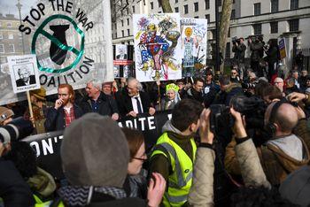 Kjendiser, musikere og politikere deltok i en demonstrasjon i London lørdag mot at WikiLeaks-grunnlegger Julian Assange utleveres til USA. Assanges far John Shipton fikk følge av blant andre klesdesigneren Vivienne Westwood.