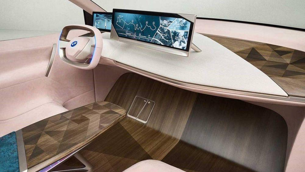 Interiør i BMW Inext. Pedaler og ratt skal kunne felles inn når sjåføren ikke kjører bilen.