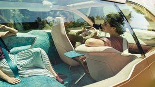 BMWs fremtidsbil: Ratt og pedaler felles inn når bilen kjører selv