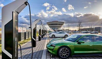 """Porsche åpnet nylig en """"ladepark"""" i Leipzig, med 12 ladere á 350 kW."""
