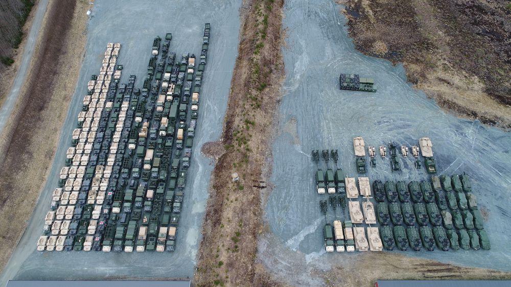 Under en strategisk mobilitet-øvelse i 2017 ble rundt 500 av US Marine Corps' kjøretøy rullet ut av de norske fjellhallene. På dette dronefotoet ser vi Humvee-er og lastebiler til venstre og stridsvogner, artillerikanoner og amfibiske PKK-er til høyre.