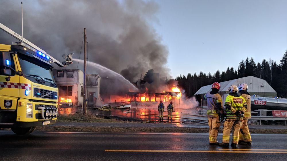 Det oppsto en kraftig, eksplosjonsartet brann etter at smeltekjelen på Metallco eksploderte. To personer omkom.
