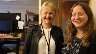 Inger Lena hammer og Laila Enerstvedt Fimreite inne på et kontor.