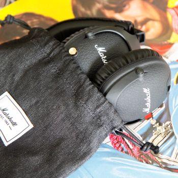 Det følger med en praktisk stoffpose til å oppbevare hodetelefonene i.