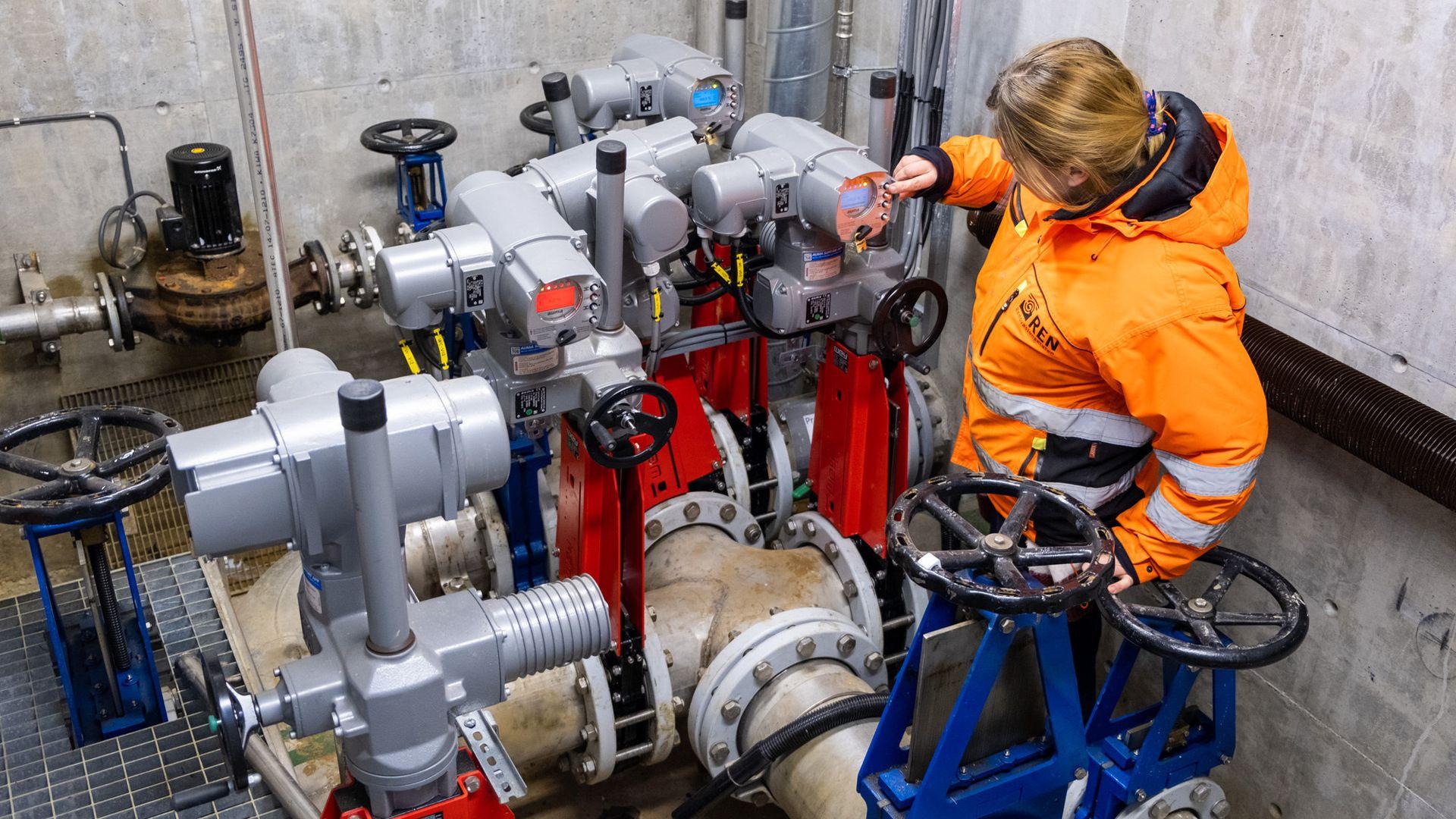 Gjennom rørene disse ventilene er koblet til strømmer det ca. 450 000 m3 sigevann årlig.