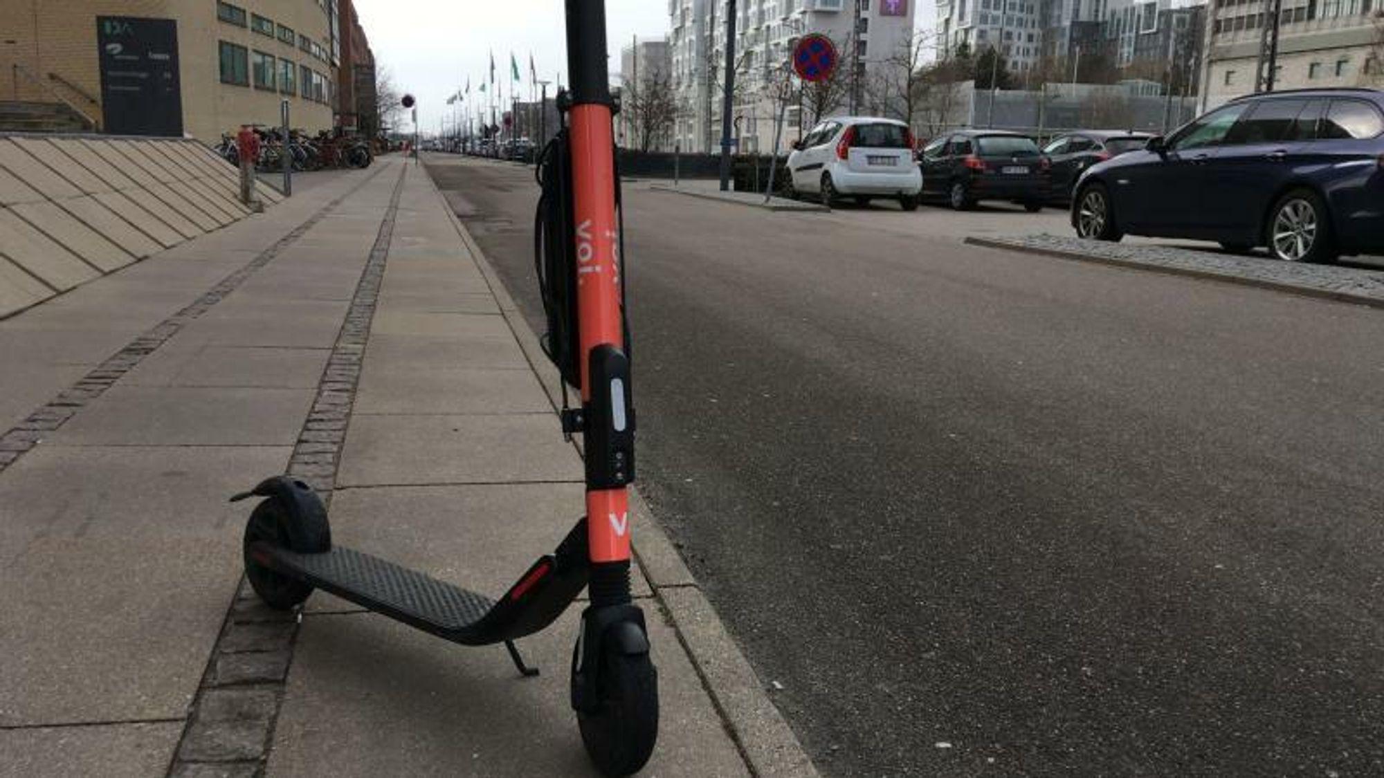 Den første evalueringen av el-sparkesyklene viser flere uhell, dårligere trafikkatferd enn syklistenes, og et klimaavtrykk som trekkes ned av at brukerne oftest ville ha gått eller syklet i stedet. Illustrasjon: Christian Østergaard