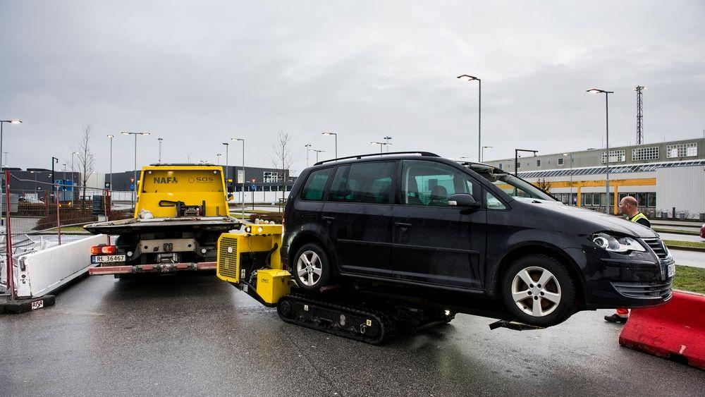 En robot henter ut biler fra det brannrammede parkeringshuset på Stavanger lufthavn, Sola.