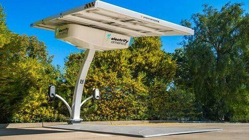 De portable ladestasjonene har solcellepaneler, og kan lade to biler fra et 32 kWt batteri.