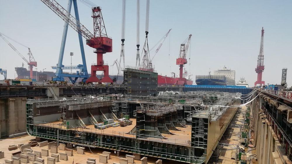 FPSO under bygging for Energean i Kina. De første seksjonene ble heist ned i dokken tidlig i 2019. Nå er 550 arbeidere i gang med ferdigstilling for levering våren 2021.