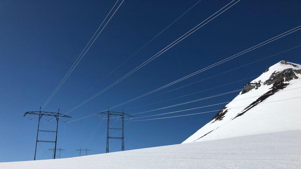 Mildt vær med mye regn, men også mye snø i fjellet, ga rekordlave strømpriser i februar. Bildet er fra Romsdalsskaret/Nordmørsskaret, og høyspentlinja mellom Sunndalsøra (Viklandet) og Fræna.