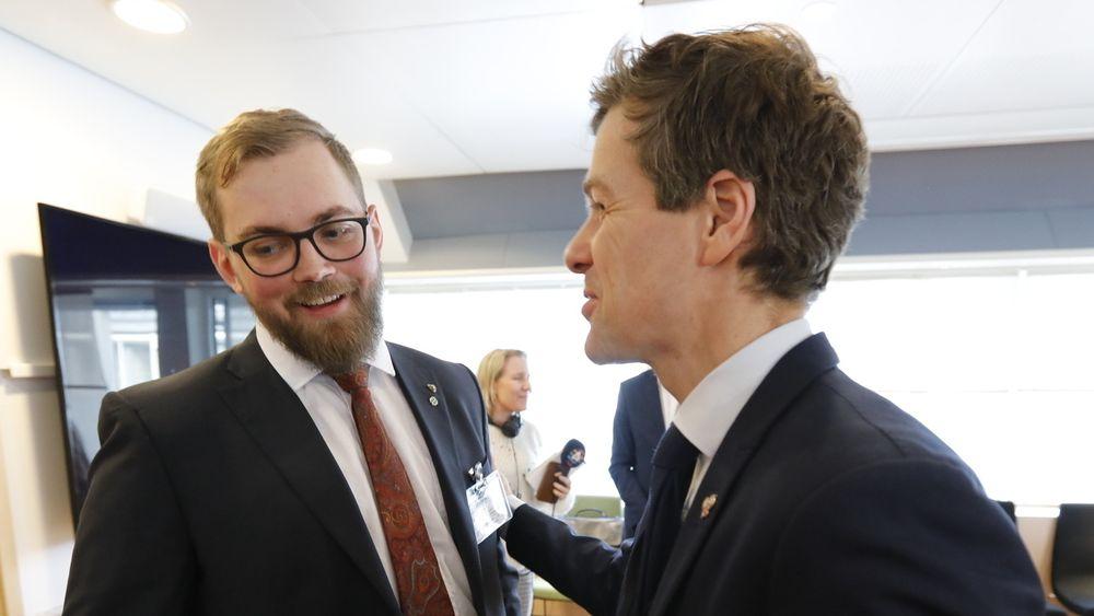 Samferdselsminister Knut Arild Hareide (KrF, t.h.) og fylkesråd for samferdsel i Nordland Bent-Joacim Bentzen (Sp).