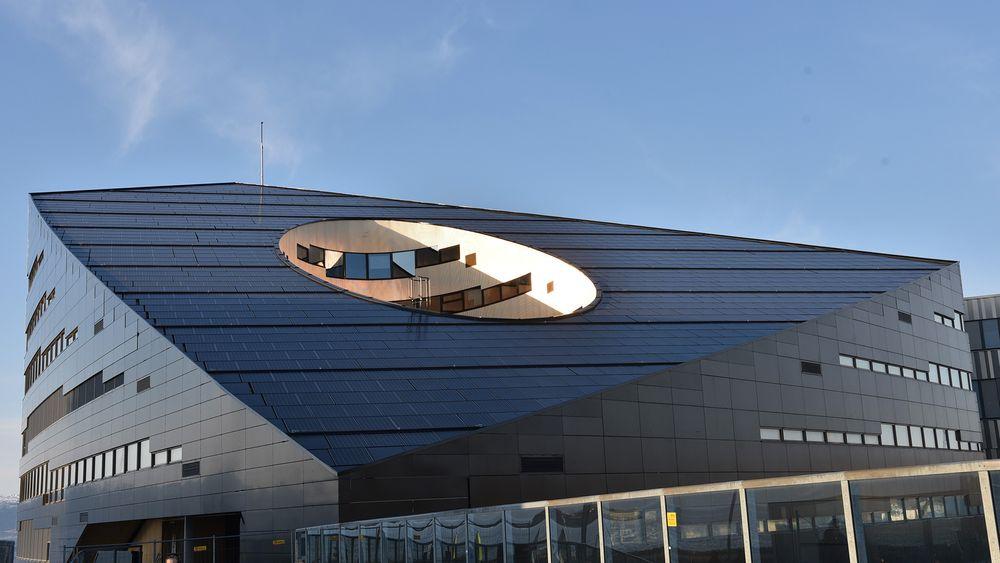 Powerhouse på Brattørkaia i Trondheim er kledd med solceller og produserer mer energi enn det bruker, og bidrar derfor til å skape energipositive bydeler (Foto: ABB).