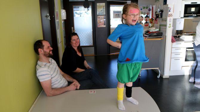 Anna er høyt og lavt inne på Revehiet. Her er både mamma Torild og pappa Morten på besøk i barnehagen.