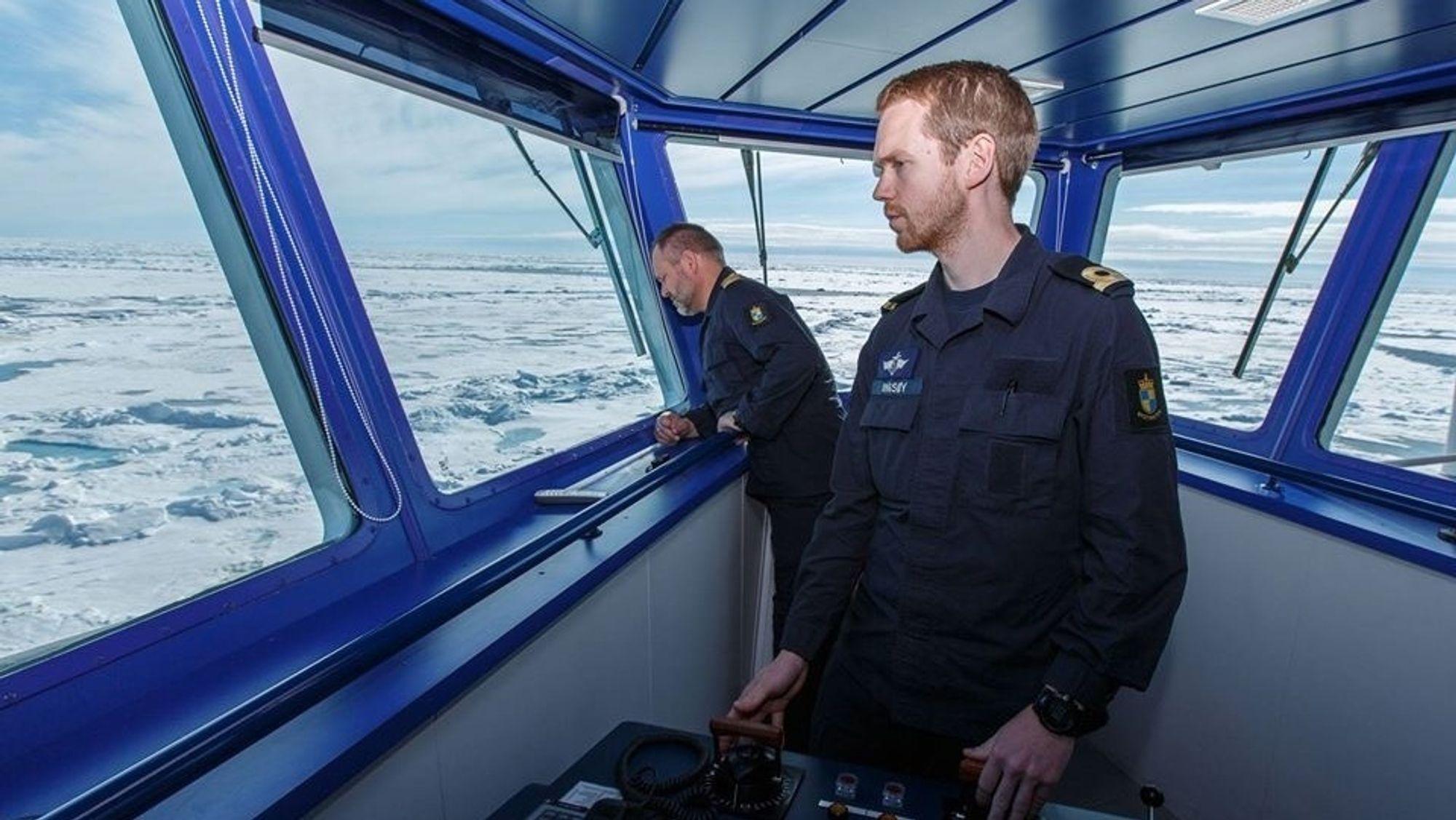 Andreas Ingsøy om bord på KV Svalbard der han tjenestegjorde i flere år. Nå har han tatt mastergrad i «Martime Management - Technical Specialization» ved Universitetet i Sørøst. Der påpeker han at mannskap på elektriske og hybride fartøy har for lite kunnskap om det elektriske systemet og håndtering av feil.