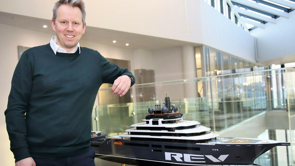 Vard-sjef Erik Haakonsholm med en modell av Kjell Inge Røkkes REV, som bygges ved Vard Brattvaag.