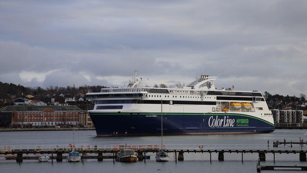 Color Hybrid til kai i Sandefjord. Batteriene på 4,7 MWh lades med grønn strøm og tillater 30 minutters seiling ut og 30 minutter inn til havn på hver tur.