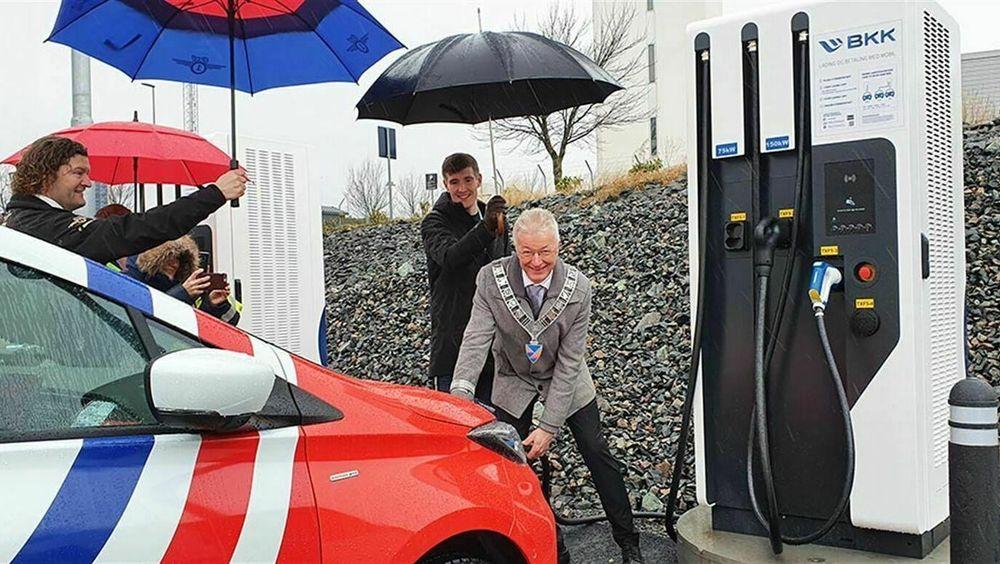 Fylkesordfører Jon Askeland åpnet ladeparken på Flesland i ekte Bergens-vær.