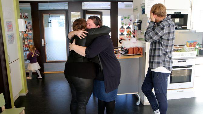 En siste klem. Torild Sletta-Heimdal legger ikke skjul på at hun kommer til å savne Elin-Kristine Skjervø og Vegard (:::)