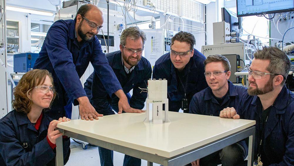 Samling rundt batteriet: Forskerne på Sintef har bygget en prototyp på et nytt batteri som kan få stor betydning for kraftforsyning der det ikke er noen fra før. Som dypt nede på havbunnen.
