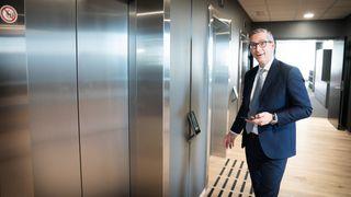 Administrerende direktør Michael Jacobs utenfor de app-styrte heisene i Ateas nye smartbygg på Hasle.