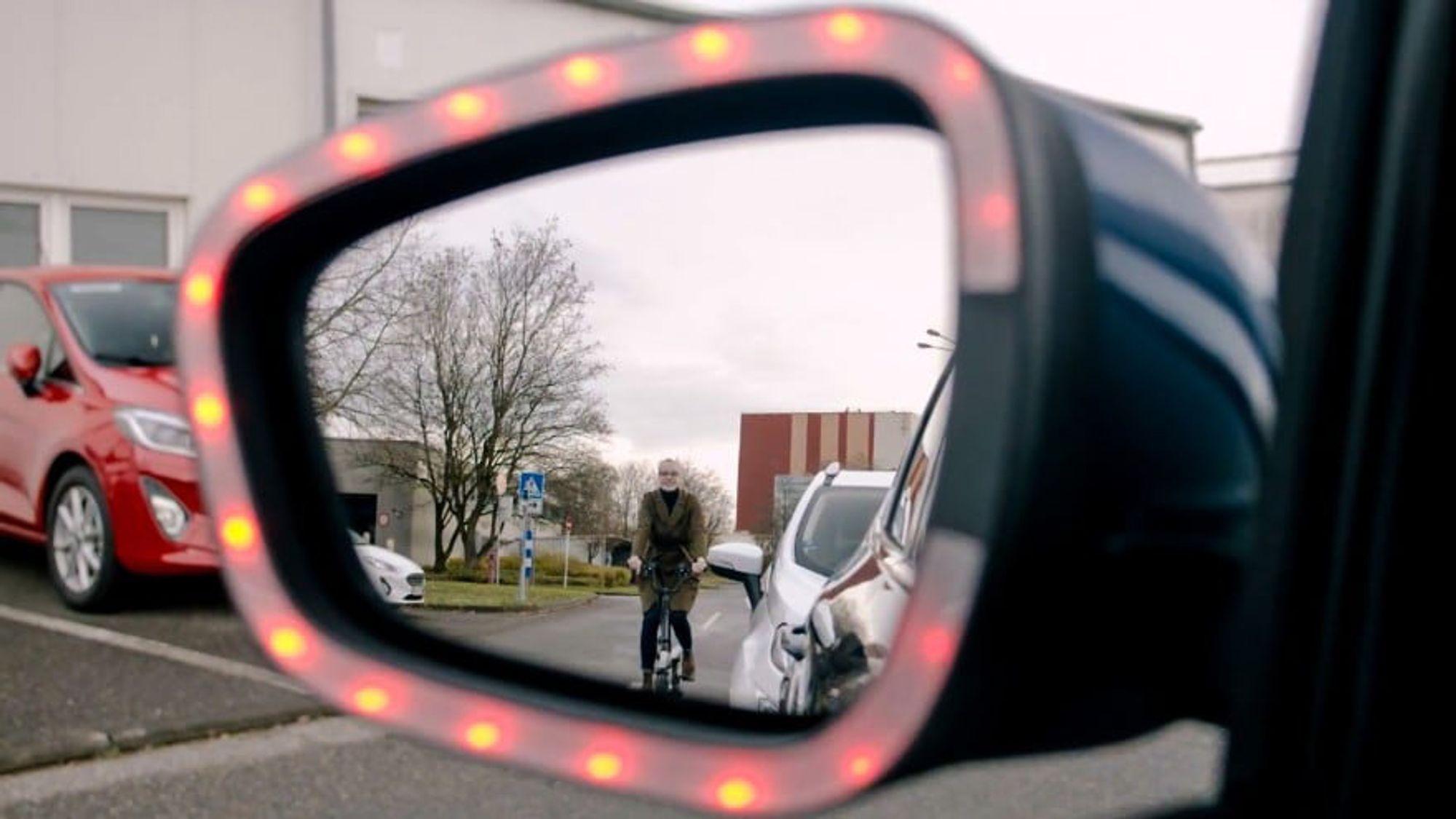Røde blinkende lys på speilet og en høy alarm skal varsle bilførere og passasjerer om at det er en sykkel innenfor faresonen til bilen.