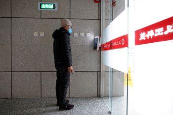 En mann blir identifisert på utsiden av kontoret.