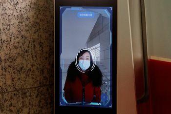 En kvinne får sitt ansikt scannet av systemet, på vei inn på kontoret til Hanwang Technologies.