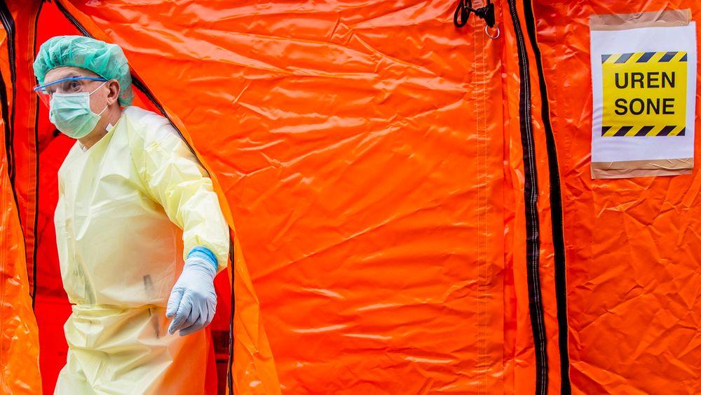 Aker legevakt har satt opp en prøvetakingsstasjon der personer som mistenker at de er smittet av koronaviruset, kan komme med bil.