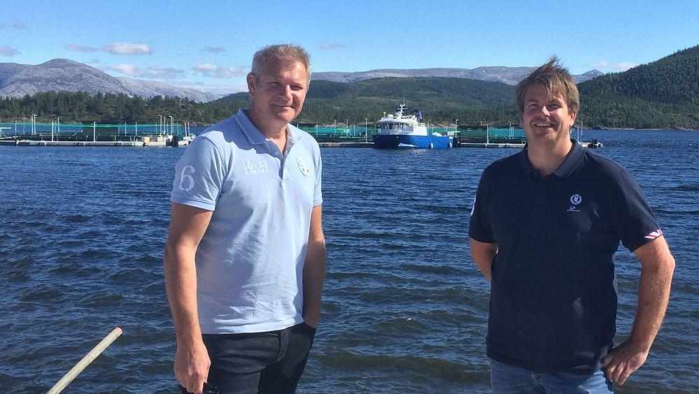 Anders Næss (til venstre) står for flest oppfinnelser innen akvakultur de siste ti årene. Trond Otto Johnsen (til høyre) er medoppfinner. Her står de foran det lukkede oppdrettsanlegget der patentene blir satt i live utenfor Brønnøysund i Nordland.
