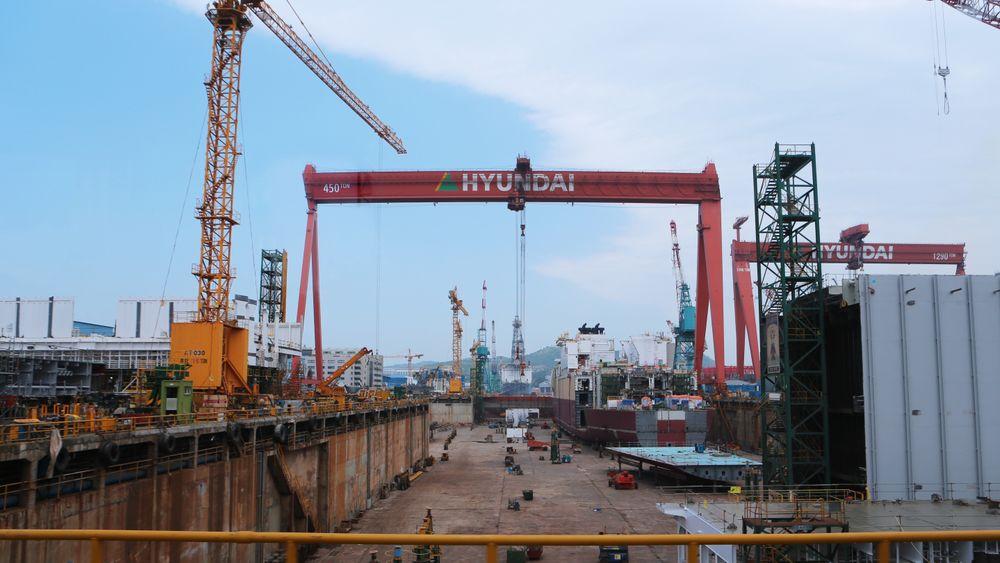 I Kina er fabrikkene i gang igjen og Sør-Korea er på vei tilbake til mer normal drift, men det meldes om problemer med logistikkjedene. Frakt av varer fra produksjonsanlegg til havner skal være en flaskehals. Det påvirker også norske selskaper. Bildet er fra Hyundai Heavy Industries i Ulsan, Sør-Korea.