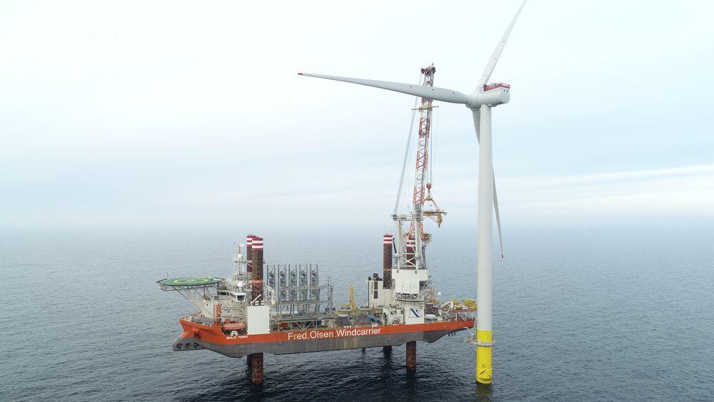 Storbritannia bygger ut store mengder vindkraft, både på land og til havs. Det endrer prisbildet for en eventuell ny kraftkabel til Skottland, hevder Northconnect. Bildet er fra monteringen av én av 174 turbiner i verdens største havvindpark, Hornsea 1, som skal få en kapasitet på 1,2 GW.