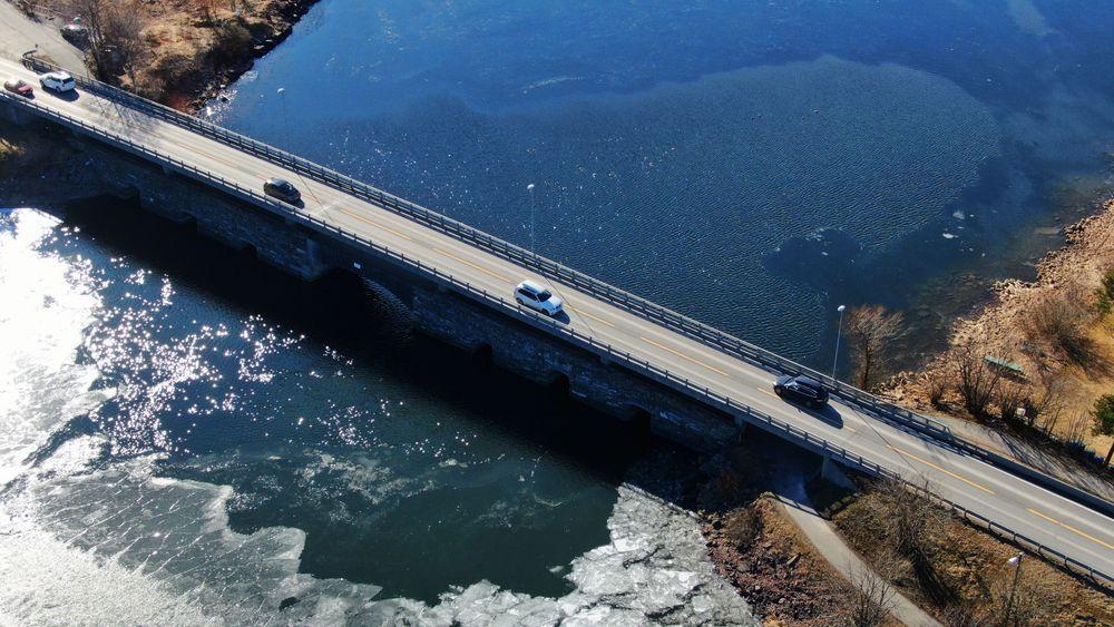 Jevn trafikk nordover på E16 over Sundøya og Slettøya i Steinsfjorden lørdag formiddag. Tallene til og med torsdag viser en betydelig nedgang i biltrafikken inn til og ut fra de store byene.