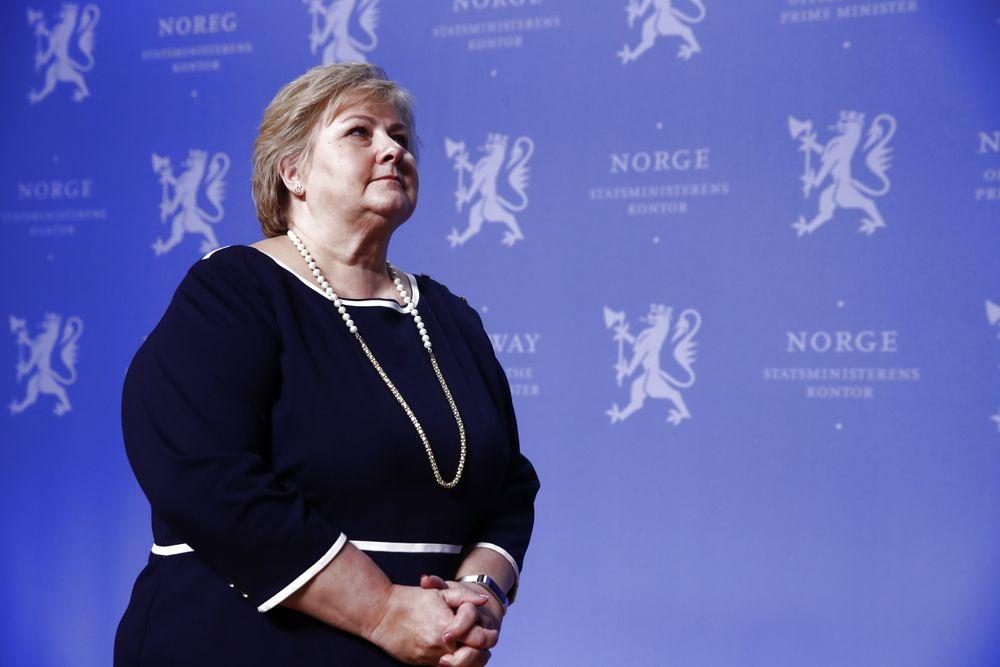 Statsminister Erna Solberg (H) møtte søndag opposisjonen til forhandlinger om krisepakken for næringslivet.