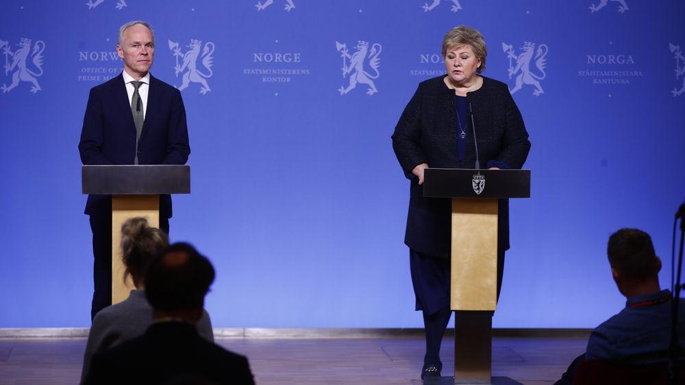 Statsminister Erna Solberg og finansminister Jan Tore Sanner holder pressekonferanse i Oslo søndag kveld .
