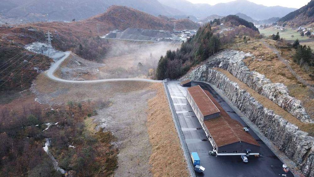For første gang har Bane Nor bygget en omformerstasjon på fjellet over jernbanesporet.