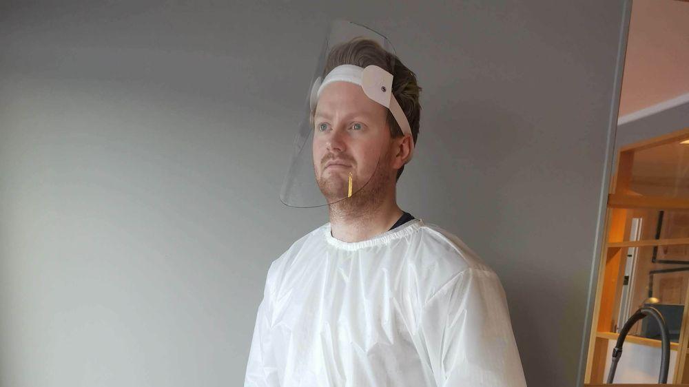 Her poserer Richard Karlsen i Gran Seil i smittevernsdrakt og visir. Han er en av dem som de siste ukene har stått på for å kunne levere smittevernsutstyr fra seilmakeren.