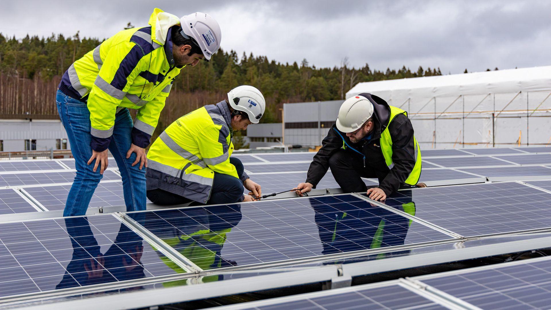 Reber Saley, Ulrik Rør og Carl Christian Strømberg i Solcellespesialisten inspiserer sitt eget solcelleanlegg.